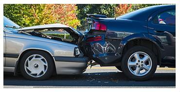 Dwa zniszczone w wyniku zderzenia auta