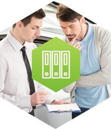 Mężczyźni przeglądający notatki oraz grafika przedstawiająca benefity podatkowe