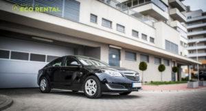 Zaparkowany czarny opel wypożyczalni aut Eco Rental