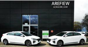 Dwa białe auta wypożyczalni samochodów Eco Rental