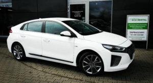 Biały Hyundai Ioniq z wypożyczalni