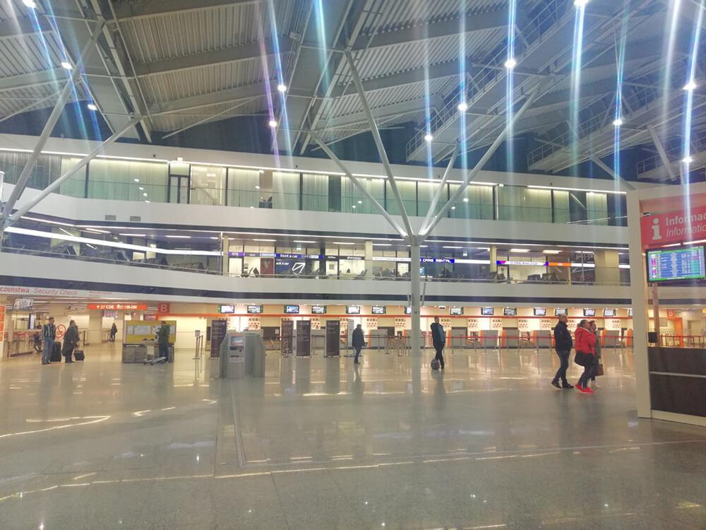 Zdjęcie antresoli lotniska Chopina w Warszawie wypożyczalnia samochodów